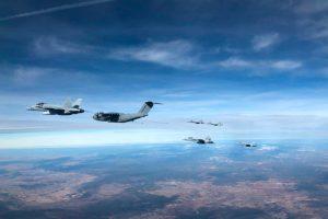 Um A400M abastece seis caças F-18 num só voo