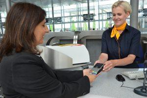Grupo Lufthansa traz a opção de pagamento direto aos balcões de check-in e às portas de embarque com terminais para cartões