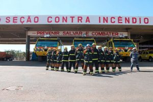 Bombeiros do Aeroporto de Brasília cantam músicas de Natal para passageiros