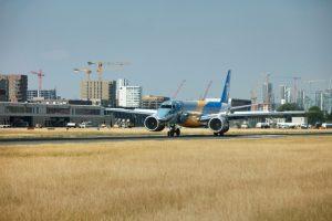 Aeroporto de London City recebe pela primeira vez o mais novo, silencioso e eficiente jato de passageiros do mundo