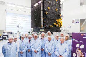 Uma delegação liderada pelo Ministro da Defesa do Brasil visita a planta da Thales Alenia Space em Cannes