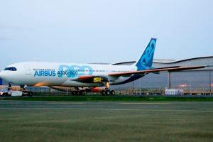 Novo A330-800 sai da área de pintura
