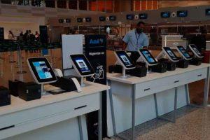 Azul implementa bancadas digitais para autoatendimento em aeroportos do Brazil