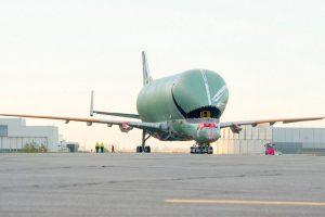 Primeiro transportador BelugaXL sai do hangar de montagem