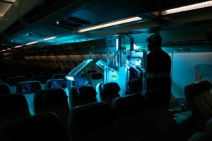 Azul reforça sistema de limpeza e inicia uso de raio ultravioleta em suas aeronaves