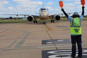 Novo modelo da Embraer faz pouso no Aeroporto de Teresina