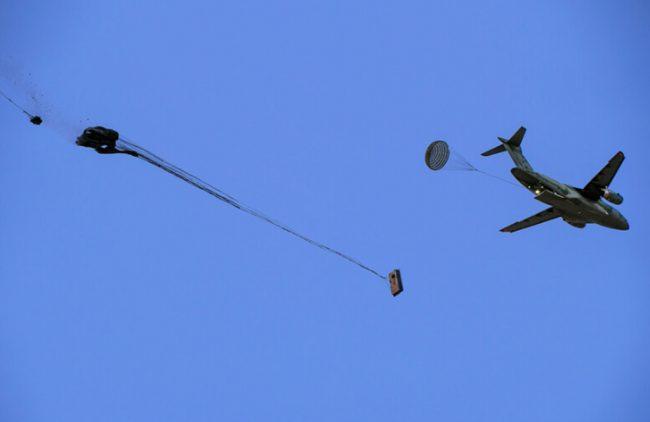 Transporte multimissão Embraer KC-390 Millennium completa testes bem-sucedidos de lançamento de cargas em voo