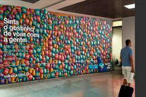 Azul oferece snacks em painel gigante no aeroporto de Curitiba