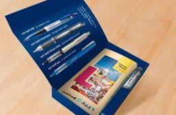 Azul fecha parceriacom a uni-ballpara distribuir canetas em voos internacionais